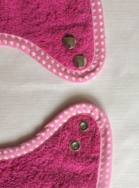 Druckknopf Lätzchen mit rosa Herzen