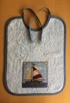 Binde-Lätzchen mit aufgenähtem Segelschiff